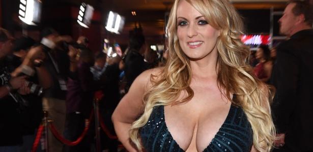 A atriz diz que recebeu dinheiro para não contar sobre sua relação com Trump