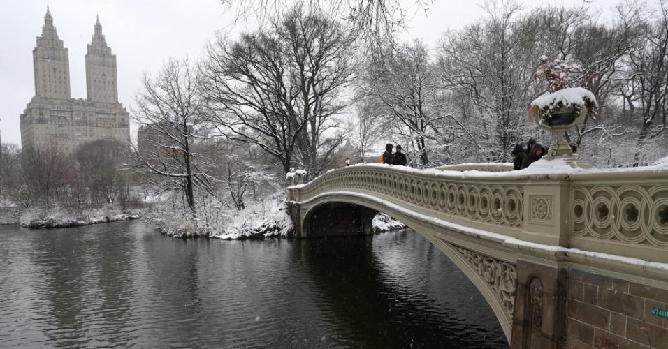 21.mar.2018 - Neve na ponte Bow do Central Park em Nova York, EUA