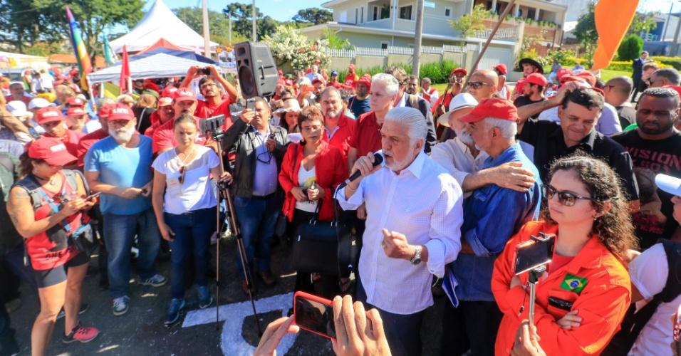 11.abr.2018 - Jaques Wagner, ex-governador da Bahia, visita o acampamento pró Lula montado nos arredores da Polícia Federal em Curitiba (PR)