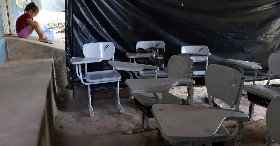 5.abr.2018 - Mães de estudantes varrem a sala de aula e espalham as cadeiras pela sala antes de começar o dia letivo em Areia (PB)