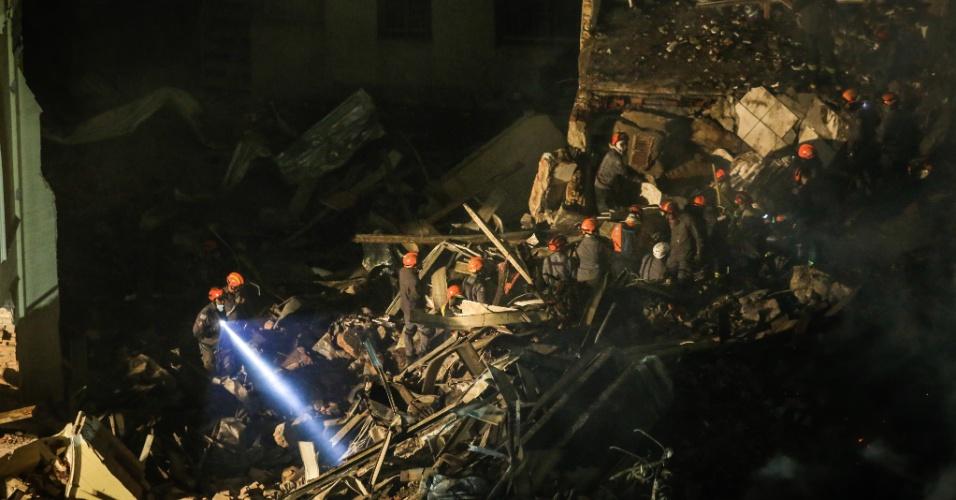 1º.mai.2018 - Bombeiros trabalham durante a noite na retirada de entulhos do prédio de 24 andares que pegou fogo e desabou na região do largo do Paissandu, no centro de São Paulo