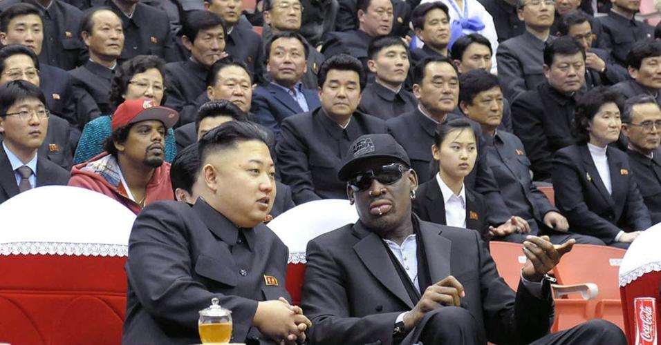 28.fev.13 - Jong-un assiste a um jogo de basquete em Pyongyang, ao lado da ex-estrela da NBA, Dennis Rodman