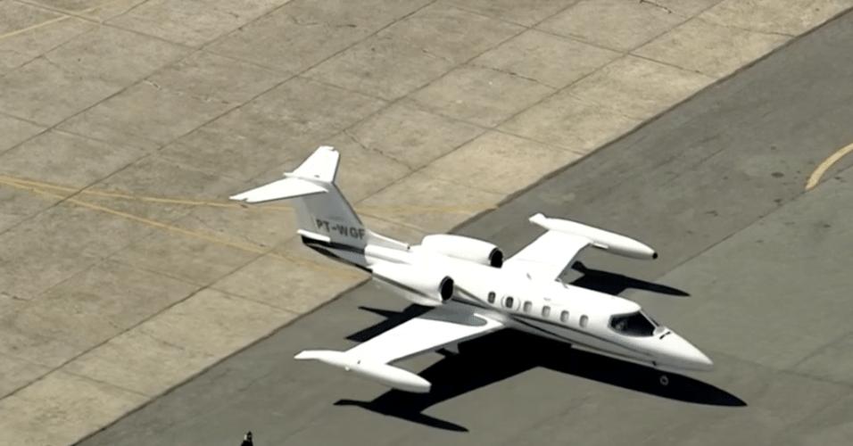 7.set.2018 - Avião que transporta o candidato do PSL à Presidência, Jair Bolsonaro, chega ao aeroporto de Congonhas, em São Paulo