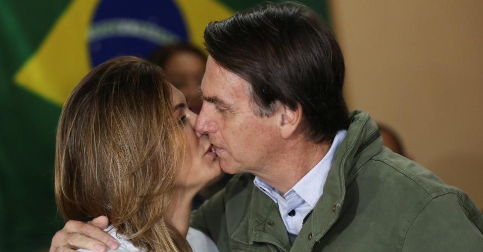 28.out.2018 - Jair Bolsonaro (PSL) e a mulher, Michelle, se beijam antes de votar, no Rio de Janeiro