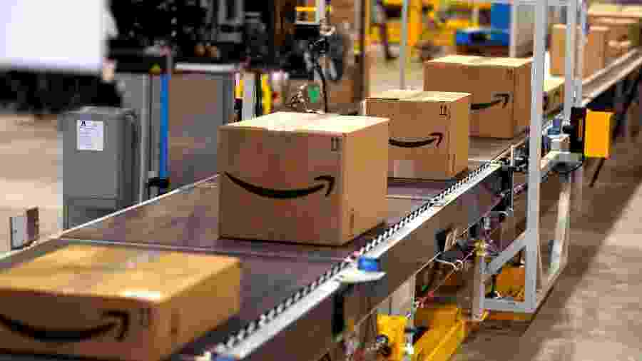 Pacotes de produtos processados pela Amazon; empresa já usa máquinas para substituir pessoas na hora de embrulhar vendas. - Rick T. Wilking/AFP