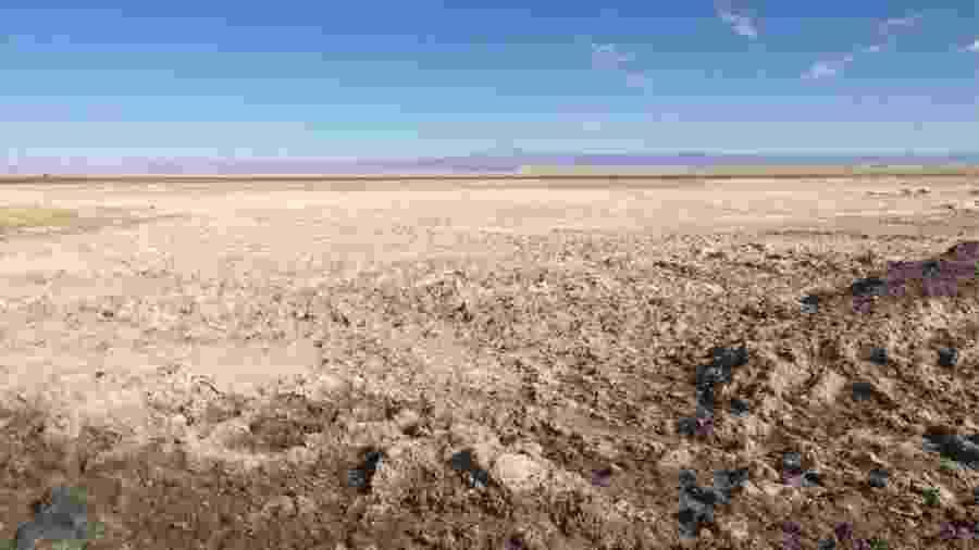 O Salar do Atacama cobre uma área de 3 mil quilômetros quadrados - BBC