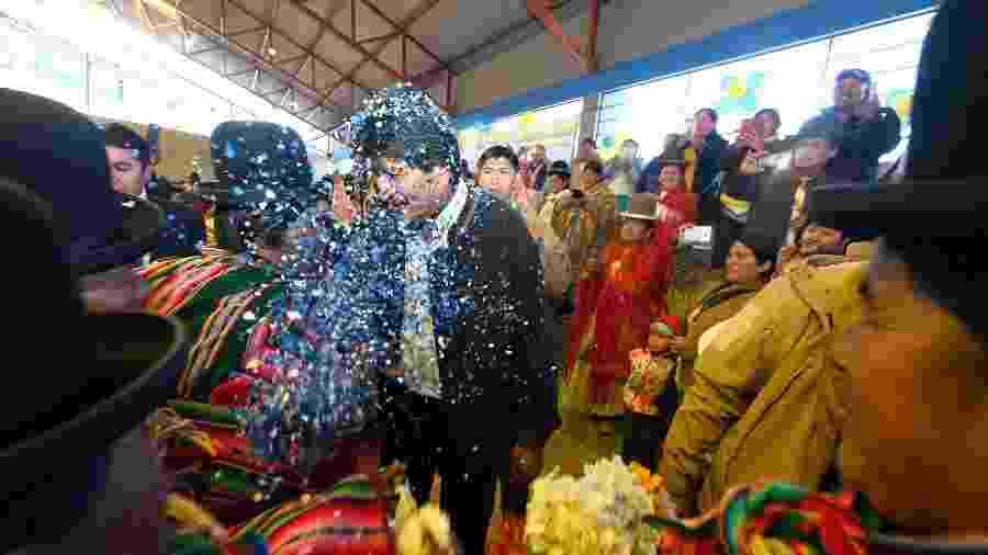 Apoiadores jogam confete em Evo Morales em Desaguadero, na última sexta-feira - Reuters