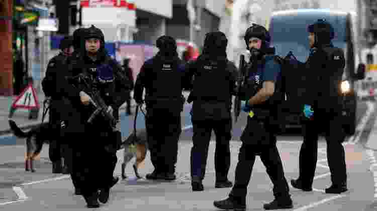 Policiais isolam a London Bridge após ataque na manhã de hoje - Peter Nicholls/Reuters