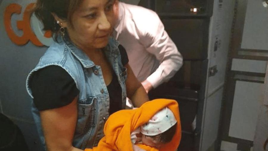 Mulher carrega bebê que nasceu durante voo no Brasil; aeronave fez pouso de emergência em Porto Alegre - Fabián Hermosilla
