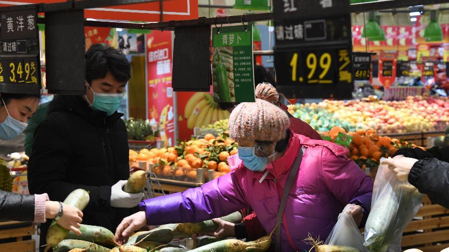 29.jan.2020 - Pessoas vão ao supermercado usando máscaras em Qingdao, na China  - Xinhua/Li Ziheng