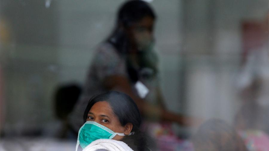 Pessoas utilizam máscaras de proteção contra o coronavírus em hospital de Brasília (DF) - ADRIANO MACHADO