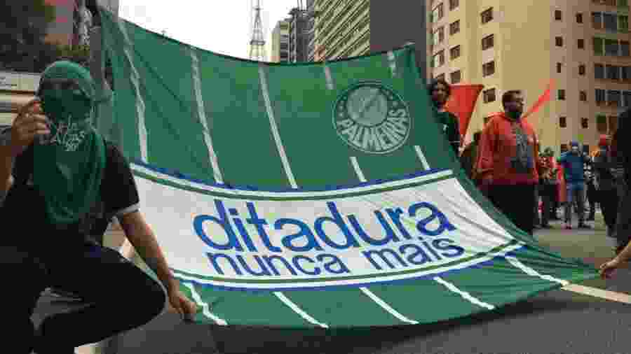 Torcedores do Palmeiras se juntam a outras torcidas e movimentos sociais em ato contra Bolsonaro e racismo na Avenida Paulista, em São Paulo - Luís Adorno/UOL