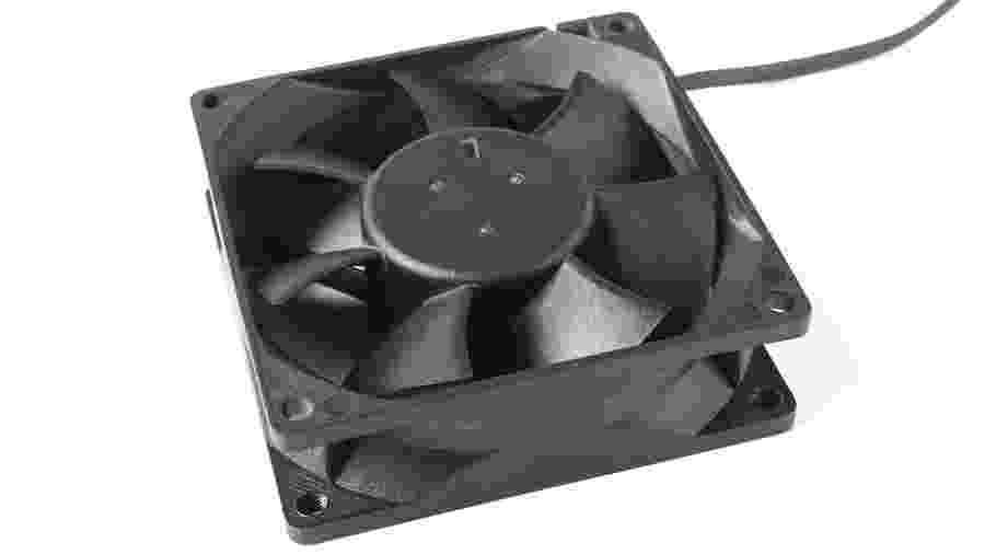 Cooler para computador ajudar a dissipar o calor da máquina - vav63/iStockphoto