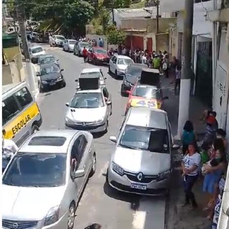 Imagem mostra carro de som e veículo com número de Bruno Covas em local de distribuição de cestas básicas - Arquivo - Reprodução
