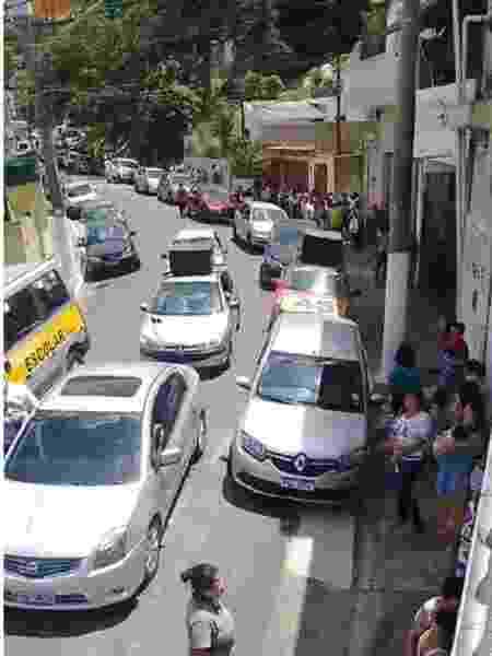 Imagem mostra carro de som e veículo com número de Bruno Covas em local de distribuição de cestas básicas - Reprodução