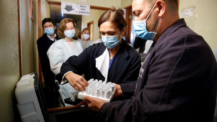 Em Portugal, médicos preparam primeiras doses da vacina da Pfizer, que começaram a ser distribuídas em dezembro - PEDRO NUNES/REUTERS