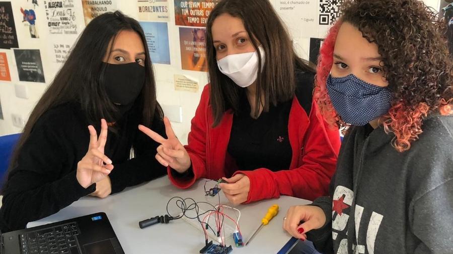 Com uma placa de Arduino conectada a aparelhos eletrônicos, jovens começam a desvendar o segredo de programação das tecnologias abertas - Fábio Miranda