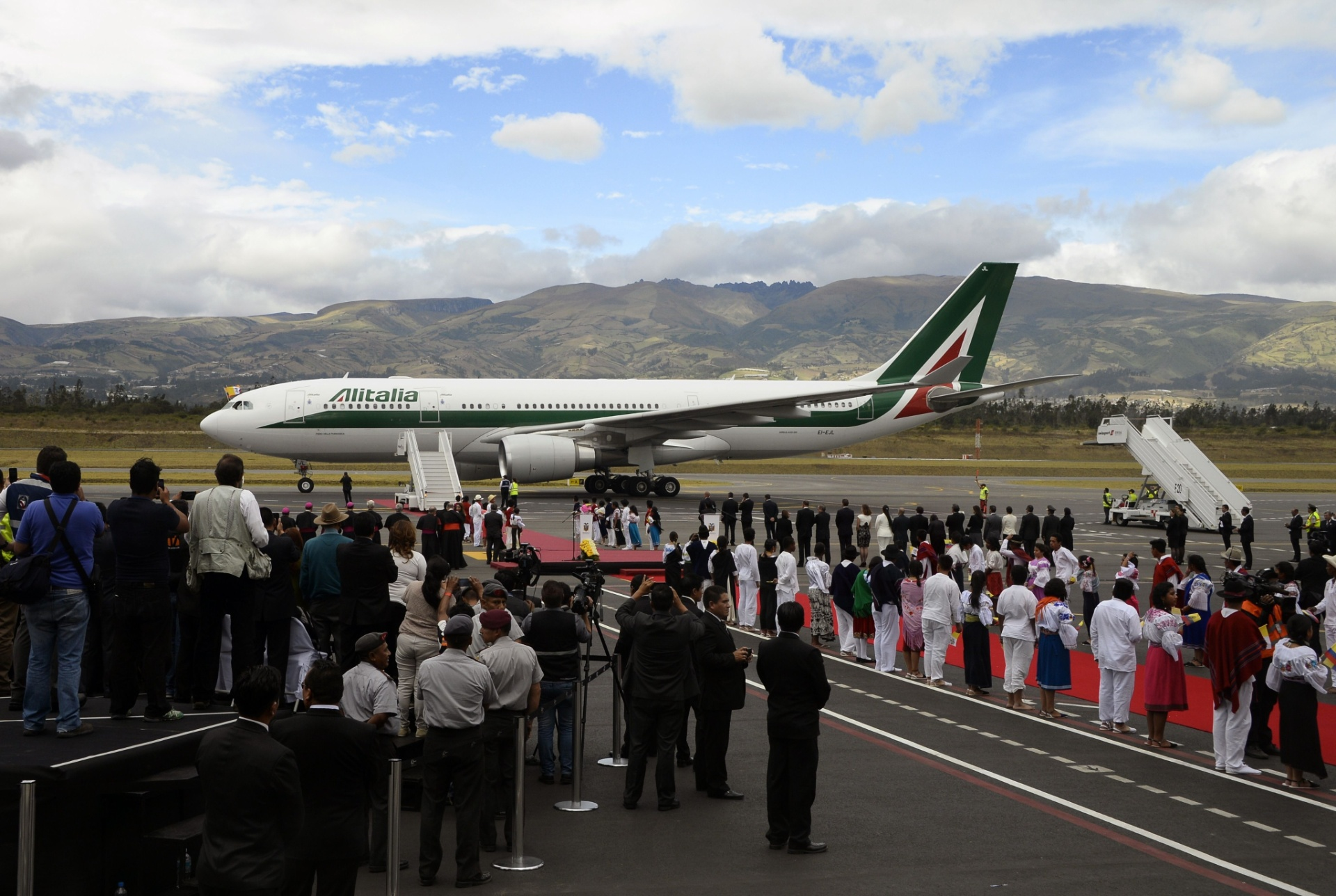 5.jul.2015 - O avião que traz o papa Francisco à sua excursão pela América do Sul aterriza no Aeroporto Internacional Mariscal Sucre, em Quito