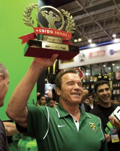 Arnold Schwarzenegger recebe o prêmio Corpo Ideal durante a feira Arnold Classic Brasil, no Rio de Janeiro, em 2015