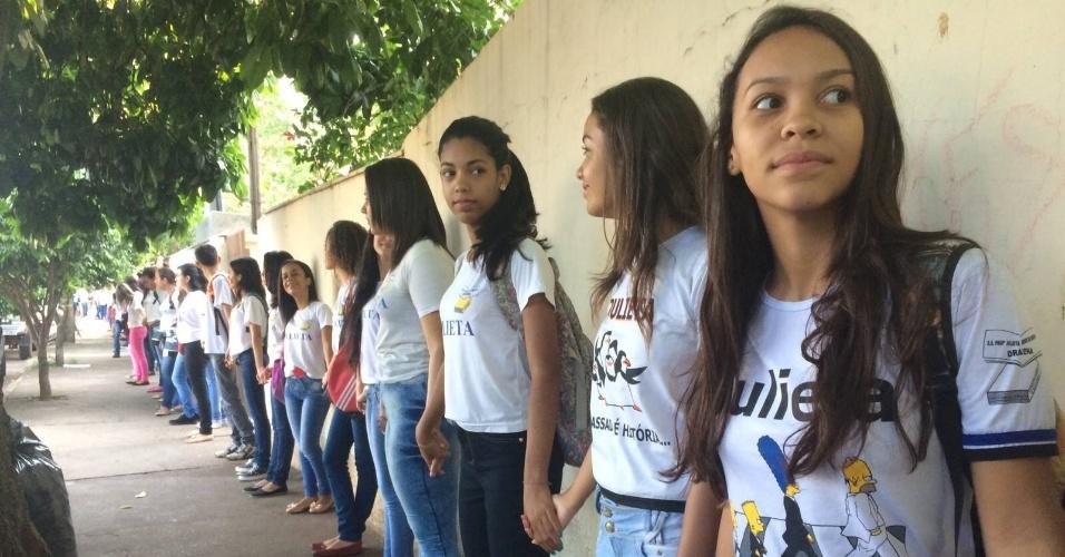 7.out.2015 - Estudantes de escola estadual de Dracena, no interior de São Paulo, protestam contra a medida anunciada pelo secretário estadual da Educação, Herman Voorwald, de reorganizar as escolas públicas do Estado por ciclos