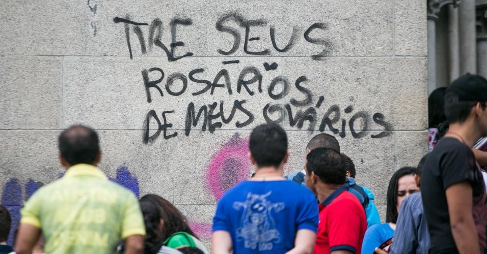 """1º.nov.2015 - """"Tire seus rosários dos meus ovários"""": A Catedral da Sé, no centro de São Paulo, foi pichada em protesto contra o projeto de lei 5069, de autoria do presidente da Câmara dos Deputados, Eduardo Cunha (PMDB). As portas e paredes da catedral amanheceram com rrases como """"Útero laico"""", """"Útero livre"""", """"Aborto, sim"""" e """"Se o papa fosse mulher, o aborto seria legal"""""""
