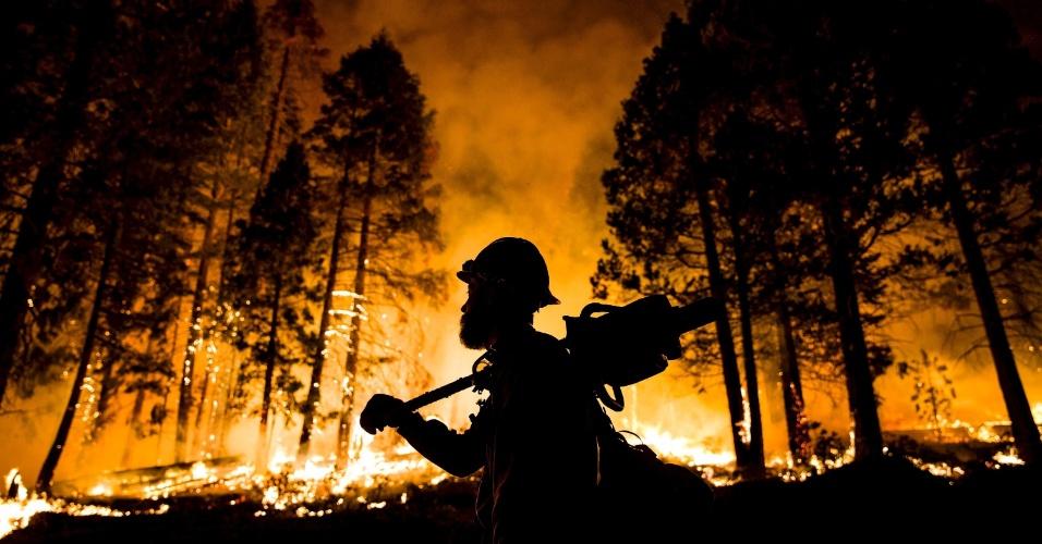 21.ago.2015 - Bombeiro da companhia floresta nacional Los Padres observa fogo em árvores, durante incêndio florestal na Floresta Sequoia, na Califórnia, nos Estados Unidos