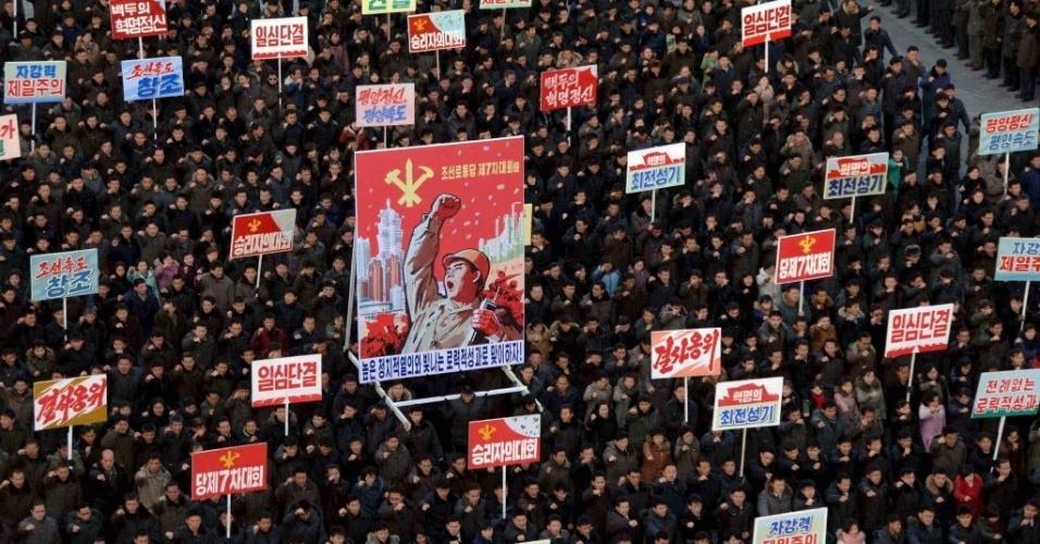 """5.jan.2016 - População participa de comício na praça Kim II Sung, em Pyongyang, para marcar o discurso de Ano-Novo feito pelo líder norte-coreano Kim Jong-un. Durante seu pronunciamento no primeiro dia de 2016, Kim Jong-un pediu pela melhoria das relações com a Coreia do Sul e afirmou estar disposto a falar com o Executivo de Seul sobre """"paz e unificação"""""""