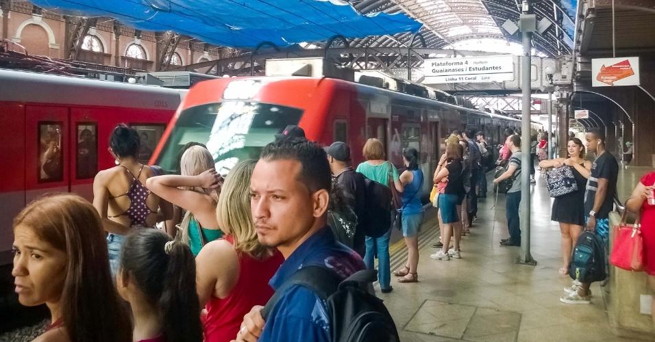 9.jan.2016 - Passageiros aguardam embarque na plataforma 4 da estação da Luz da CPTM (Companhia Paulista de Trens Metropolitanos). A plataforma voltou a ser utilizada nesta sexta-feira (8) após ter sido interditada por medida de segurança, em razão do incêndio no Museu da Língua Portuguesa, ocorrido em 21 de dezembro