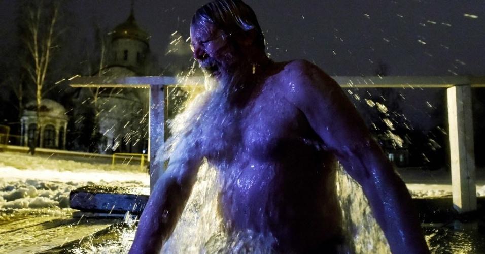 19.jan.2016 - Cristão ortodoxo se banha em água gelada em Moscou, na Rússia, para celebrar a Epifania