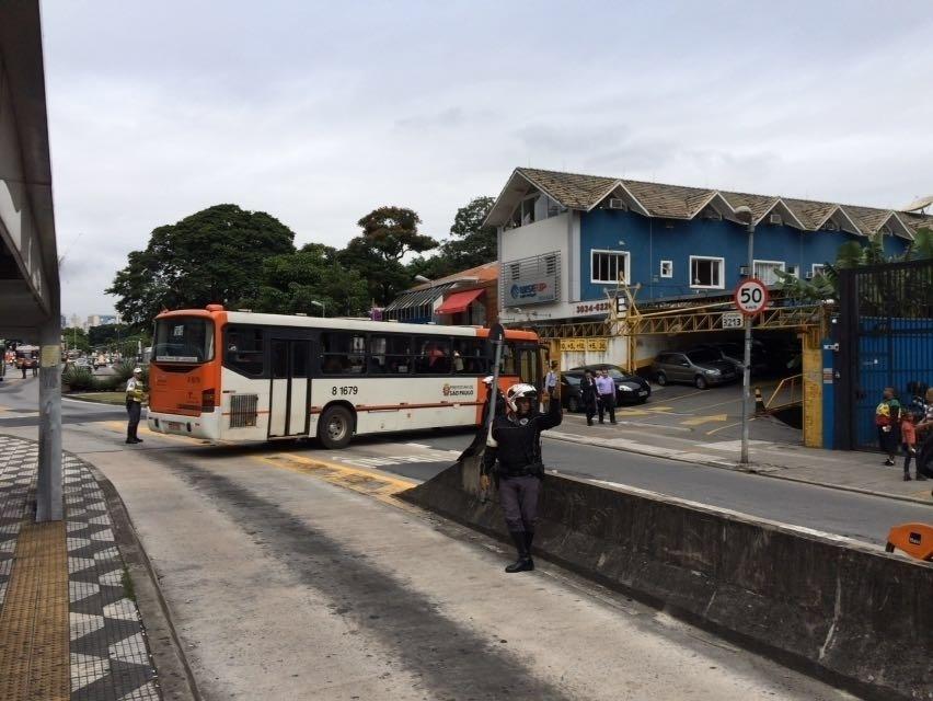 19.jan.2016 - Ônibus faz manobra para fugir de protesto na avenida Rebouças. Via está interditada para concentração do 4º ato contra o aumento das tarifas do transporte público em São Paulo