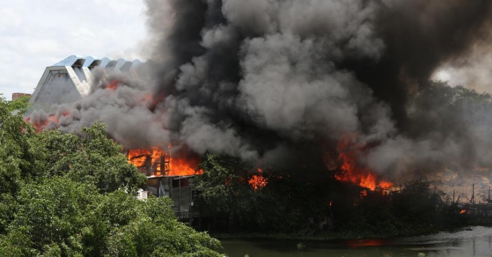 3.fev.2016 - Um incêndio atingiu uma área de casas populares na comunidade de Santa Luzia, no bairro da Torre, no Recife. O fogo teria atingido imóveis feitos de madeira. A comunidade ribeirinha fica às margens do rio Capibaribe
