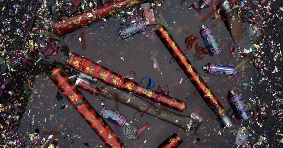 8.fev.2016 - Tubos de confete e spray são deixados no chão após celebração do Ano-Novo Lunar em Chinatown, bairro de imigrantes chineses de Nova York