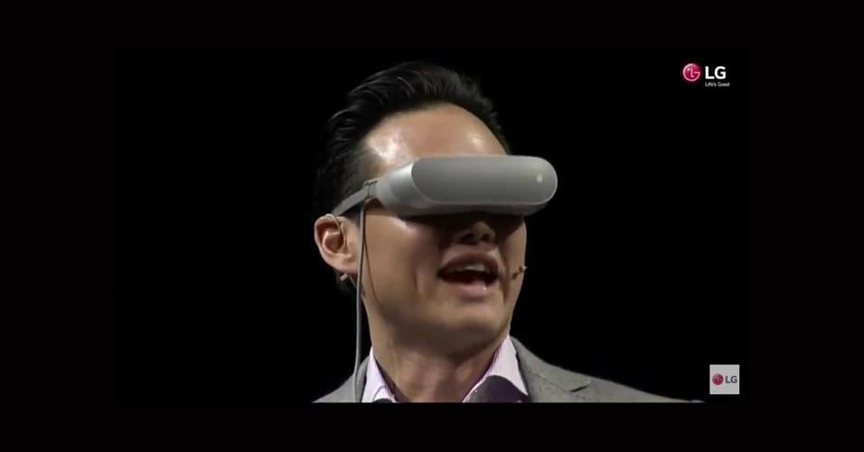 21.fev.2016 - A LG aproveitou ainda para apresentar um diferente óculos de realidade virtual, chamado de LG 360 VR. Apesar de depender do smartphone para reprodução do conteúdo, ele é muito mais leve e discreto que os concorrentes. Isso porque o aparelho não é encaixado dentro dos óculos, mas conectado a ele pelo USB-C