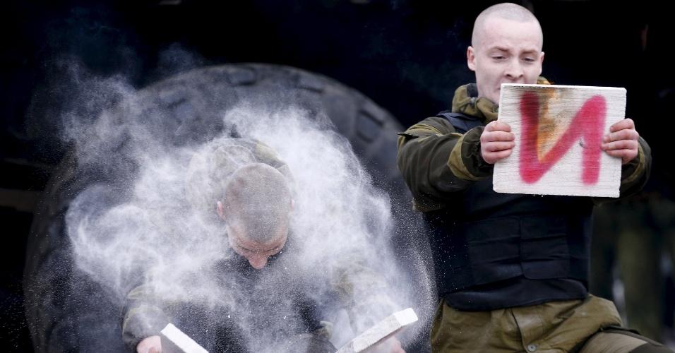 28.fev.2016 - Militares das forças especiais do Ministério do Interior do Belarus participam de apresentação durante a celebração do Maslenitsa, na base militar em Minsk. Maslenitsa é um feriado pagão que marca o fim do inverno, comemorado comendo panqueca e fazendo de demonstrações de força