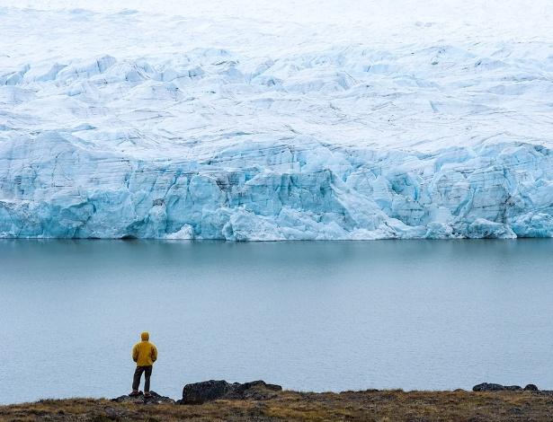 29.fev.2016 - Homem observa um glaciar no Manto de Gelo da Groenlândia, uma das duas estruturas do tipo que contêm juntas 99% do gelo de água doce do mundo