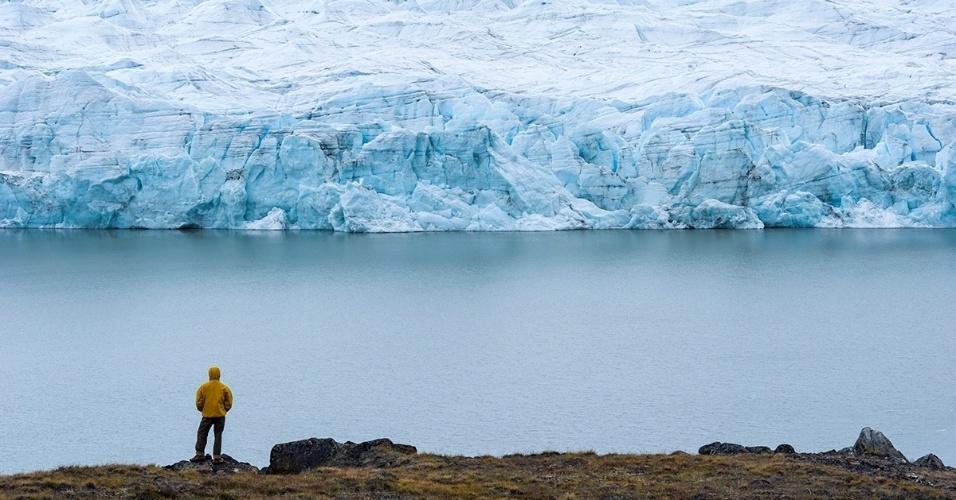 29.fev.2016 - Um homem observa um glaciar no Manto de Gelo da Groenlândia, uma das duas estruturas do tipo que contêm juntas 99% do gelo de água doce do mundo
