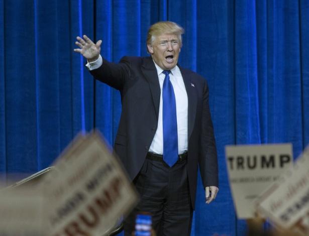 1.mar.2016 - Donald Trump acena para seus apoiadores em Louisville, Kentucky, na Superterça das primárias das eleições norte-americanas