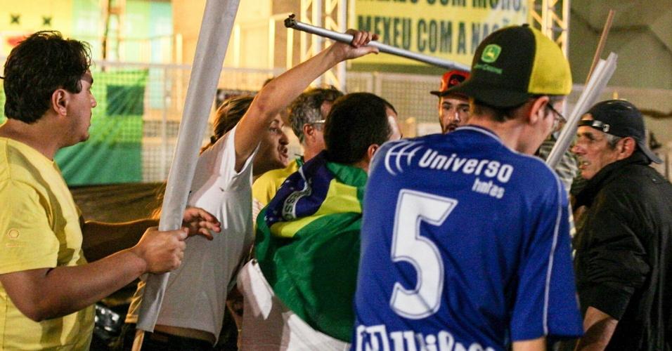 Pessoas que estão acampadas em frente a Fiesp agridem estudantes durante ato contra o fechamento de salas e a máfia das merendas, em São Paulo (SP), nesta terça-feira (29).