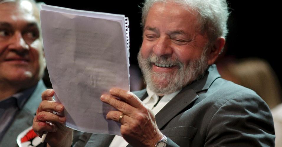 11.abr.2016 - O ex-presidente Luiz Inácio Lula da Silva participa do ato contra o impeachment da presidente Dilma Rousseff e a favor da democracia na Fundição Progresso, no Rio de Janeiro. Cerca de 300 artistas e intelectuais lançam um manifesto batizado de