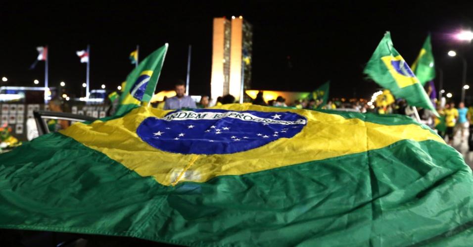 14.abr.2016 - Integrantes do MBL (Movimento Brasil Livre) fazem manifestação em frente ao Congresso Nacional, em Brasília, a favor do processo de impeachment da presidente Dilma Rousseff