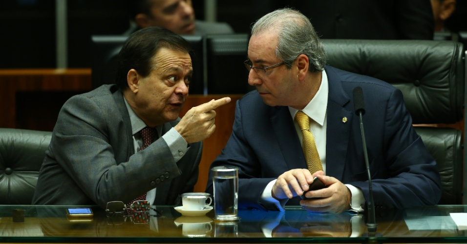 15.abr.2016 - O deputado Jovair Arantes (PTB-GO) conversa o presidente da Câmara dos Deputados, Eduardo Cunha (PMDB-RJ), antes da primeira sessão sobre o processo de impeachment contra a presidente Dilma Rousseff (PT). Arantes é o relator da Comissão de Impeachment