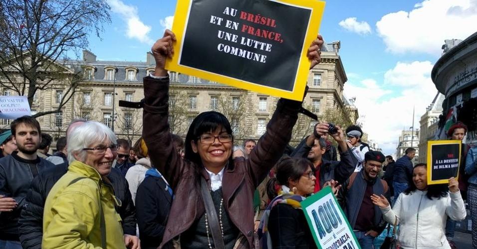 """16.abr.2016 - Brasileiros em Paris, na França, protestam contra o impeachment da presidente Dilma Rousseff. Um dos cartazes diz, em francês, """"No Brasil e na França, uma luta comum"""""""