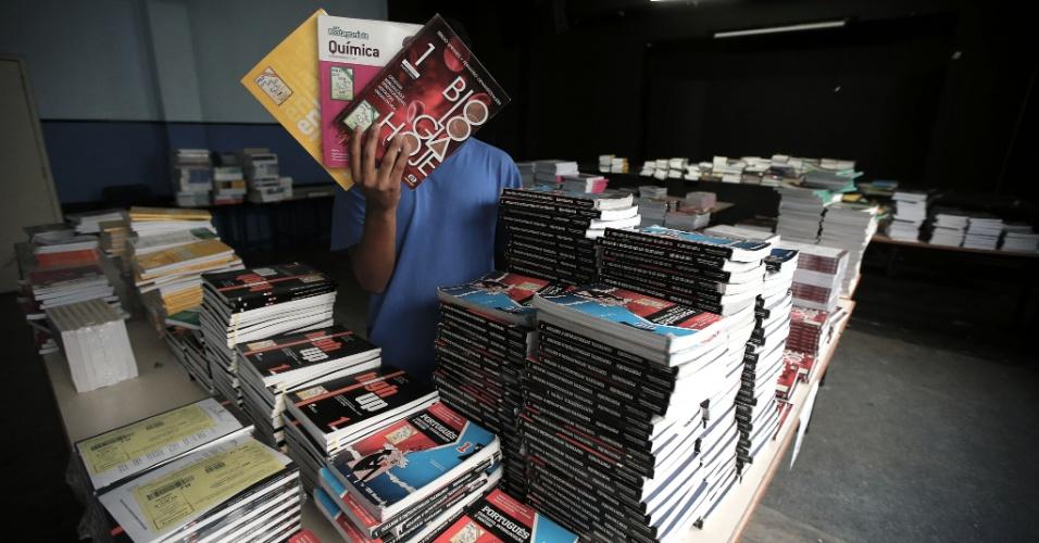 20.abr.2016 - Espaço do teatro do Colégio Estadual Amaro Cavalcanti, na zona sul do Rio, é utilizado para guardar uma enorme quantidade de livros didáticos que não foram distribuídos para os estudantes
