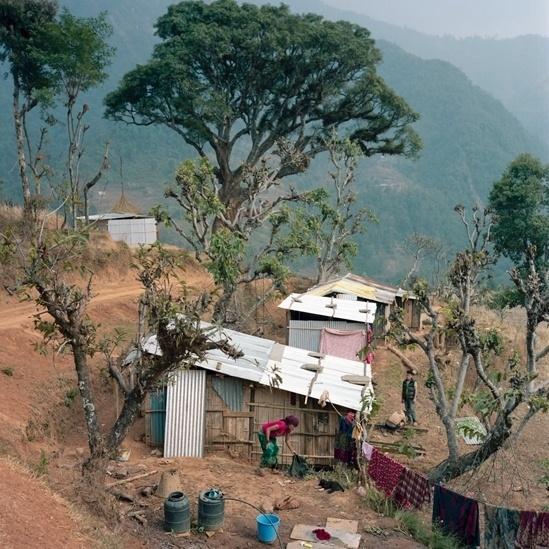 25.abr.2016 - O fotógrafo Gideon Mendel passou boa parte de sua carreira documentando temas sociais pelo mundo. Recentemente, ele viajou ao Nepal pela organização Christian Aid para documentar histórias daqueles que ficaram isolados logo depois do terremoto que matou quase 9 mil pessoas no país, há um ano