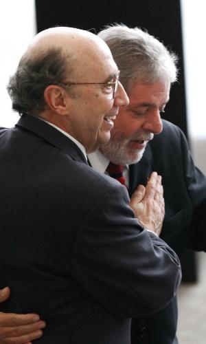 Em foto de 2010, o então presidente, Luiz Inácio Lula da Silva (à dir.), e o então presidente do Banco Central, Henrique Meirelles, durante cerimônia de Registro do Balanço de Governo 2003-–2010, no Palácio do Planalto, em Brasília (DF)