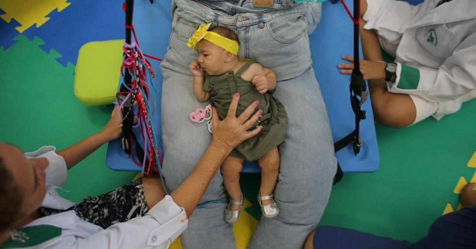 """""""Eu agradeço a Deus por ter me dado ela. Nunca a abandonaria"""", diz Jaqueline Jéssica Silva de Oliveira, mãe dos gêmeos. Ela diz que nunca se perguntou por que apenas uma das crianças nasceu com microcefalia. """"Os doutores querem estudá-los para saber o que protegeu Lucas do vírus e, assim, ajudar outras crianças"""""""