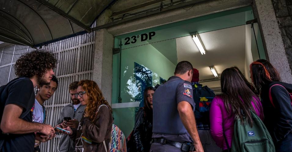 """13.mai.2016 - Estudantes que foram retirados da Diretoria Regional de Ensino Centro Oeste foram encaminhados para o 23º DP na manhã desta sexta; eles protestavam contra a """"Máfia da Merenda"""" e reivindicavam alimentação para alunos dos cursos de período integral"""