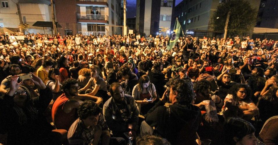 15.mai.2016 - Manifestantes se reúnem na Praça Santos Andrade, em Curitiba (PR) em ato contra o presidente interino Michel Temer