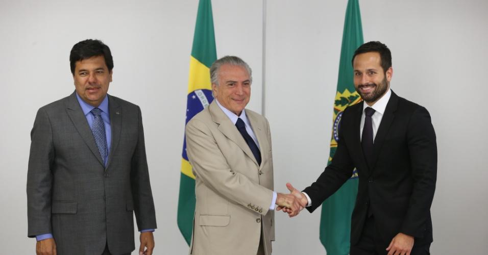 17.mai.2016 - O presidente interino Michel Temer e o ministro da Educação e Cultura, Mendonça Filho (à esquerda na foto), apresentam o novo secretário nacional de Cultura, Marcelo Calero (à direita)