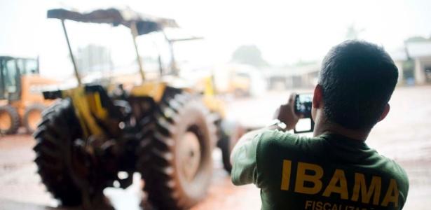 A exploração da madeira de valor dá aporte financeiro aos invasores para construírem casas e estradas, comprarem veículos e implementarem a pecuária e a agricultura